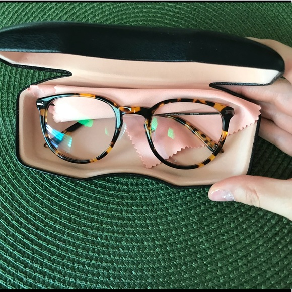 0fd7128247e Hillary Duff Accessories - NWOT TortoiseShell glasses by HillaryDuff in  Susan